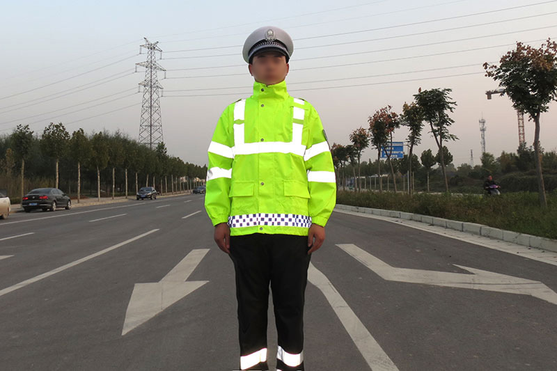 新款反光雨衣助力警察蜀黍